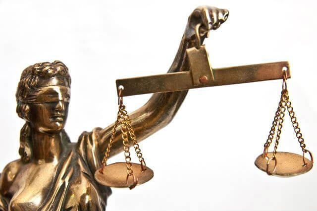 КС: Суд не може продовжувати тримання під вартою за власною ініціативою